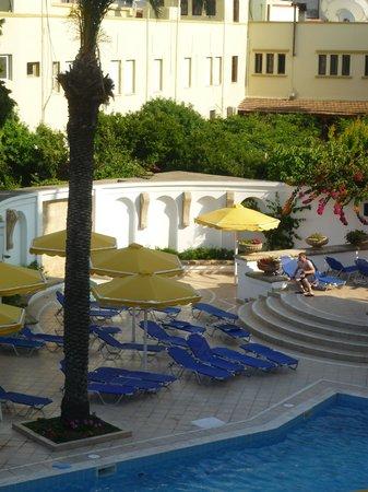 Mitsis Petit Palais Beach Hotel : Piscine de l'hôtel