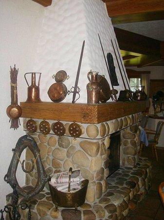 Bayerisches Landhaus : Камин в ресторанном зале