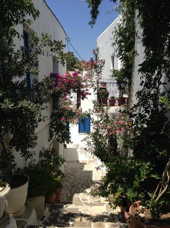 Lefkes Village Hotel: A typical Lefkes street