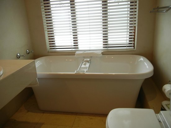 Admiralty Beach House: Bathtube