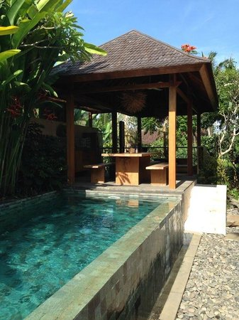 Luwak Ubud Villas: Outdoor living and dining area overlooking the valley