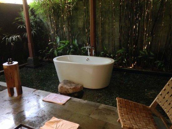 Luwak Ubud Villas: Bathtub on fish pond