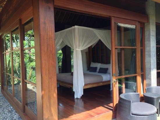 Luwak Ubud Villas: Master bedroom with four poster bed