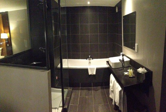 DoubleTree by Hilton Bristol South - Cadbury House: The Bathroom