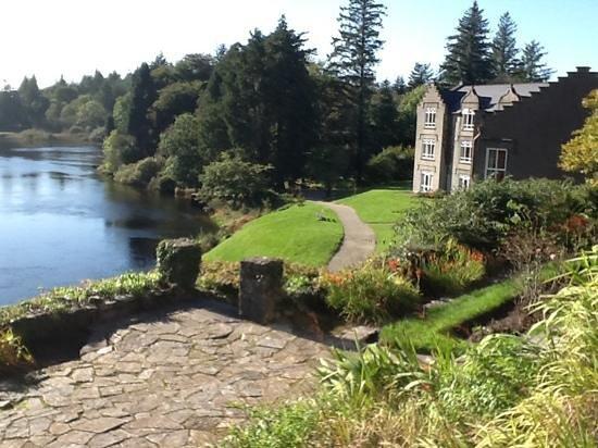 Ballynahinch Castle Hotel : rear view of castle