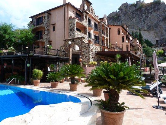 Hotel Villa Sonia : Hôtel et piscine, en face : l'Etna