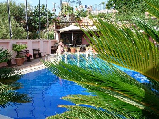 Hotel Villa Sonia : Espace piscine + petit resto