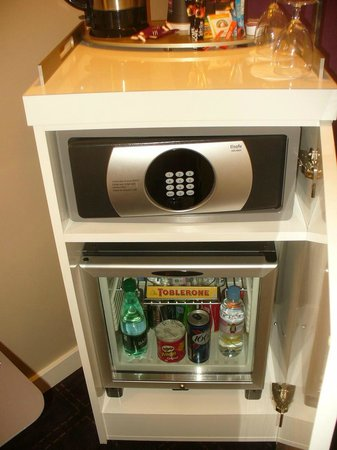 Mercure Troyes Centre: The room mini bar and safe