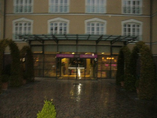 Mercure Troyes Centre: The front of the hotel, sorry for the quality