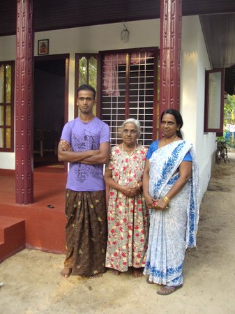 Marari Secret Beach Yoga Homestay: Vimal and his family