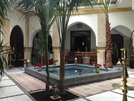 Riad Moucharabieh: pond area by dining room