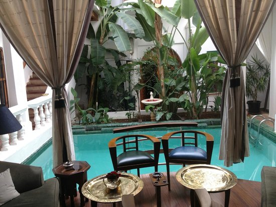 Riad Moucharabieh: outdoor poolarea