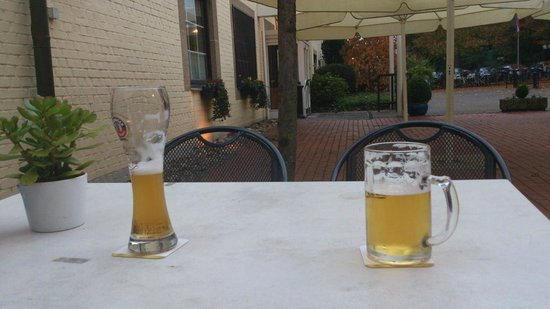 Parkhotel Schloss Hohenfeld: Enjoy a excellent German beer at an outside table