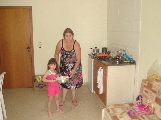 Bombinhas Praia Apart Hotel: Cozinha conjugada, com utensílios.