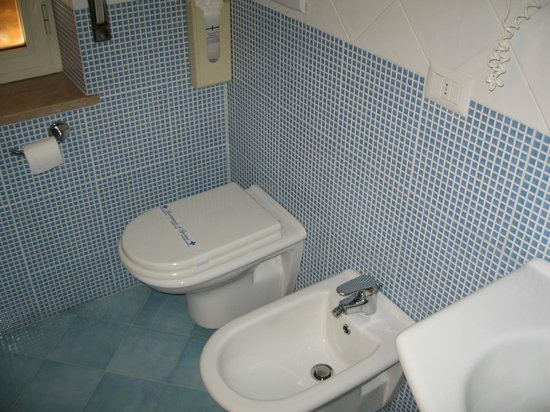 Hotel La Meridiana: Toilet and bidet