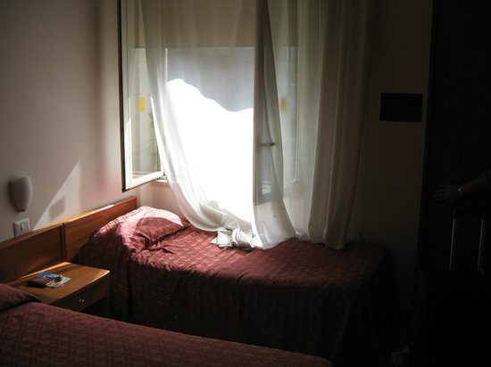 Hotel La Meridiana: Single bed beneath window