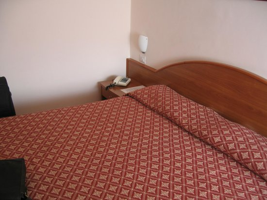 Hotel La Meridiana: Double bed