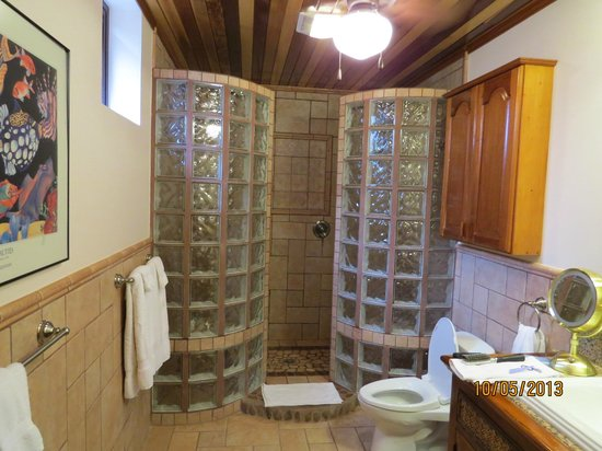 Coco Beach Resort: Master Bath with double shower
