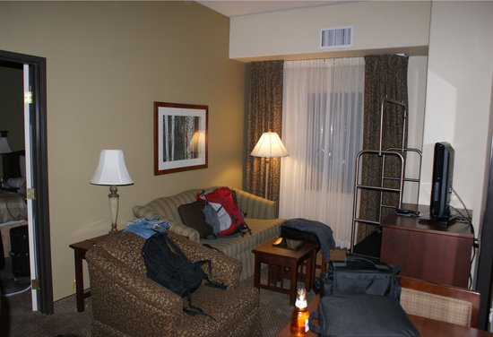Staybridge Suites Phoenix/Glendale: living room area (in between the two bedrooms)
