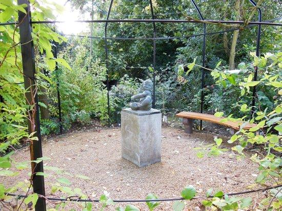 Musée David et Alice van Buuren : a small statue