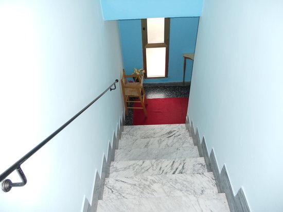 La Casa Dei Nonni: scale ingresso