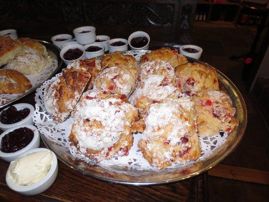Ye Olde Steppes: Warm cherry scones - mmmmmm!