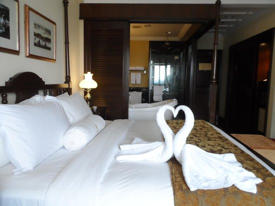 The Majestic Malacca: Bedroom and bathroom