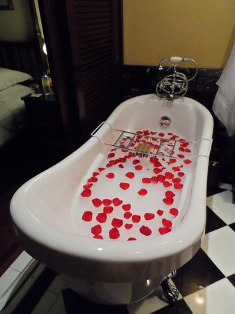 The Majestic Malacca: Honeymoon treat - a bubble bath!
