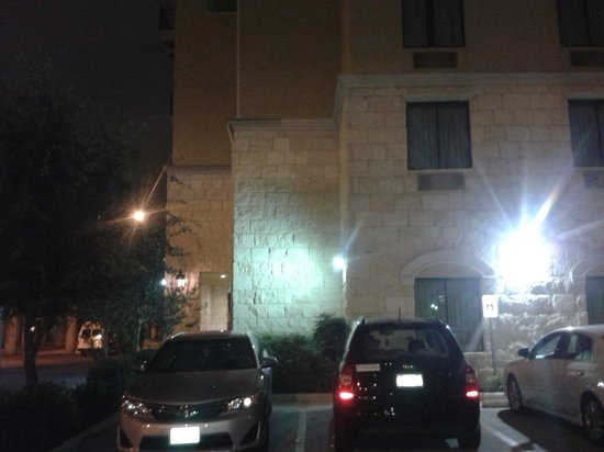 Comfort Suites Alamo/Riverwalk: Estacionamiento