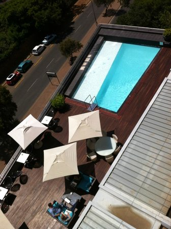 Radisson Blu Gautrain Hotel: View of the pool from the room