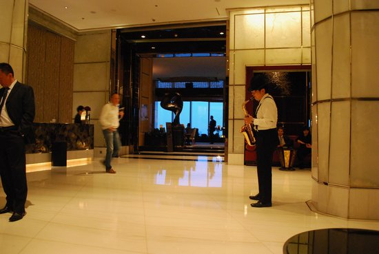 The Ritz-Carlton Shanghai, Pudong: Lobby, They play live music in the evening.