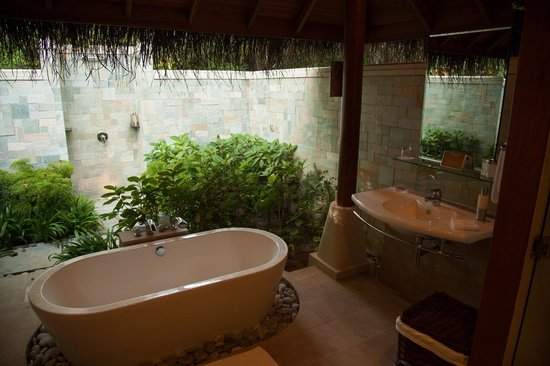 Baros Maldives: beach villa bathroom
