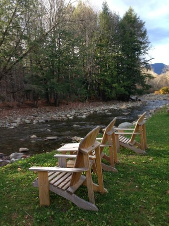Innsbruck Inn At Stowe: Chairs along the river, sit and take in the view, listen to the water