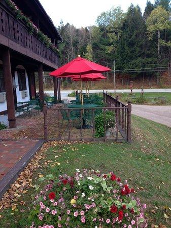 Innsbruck Inn At Stowe: Relax outside