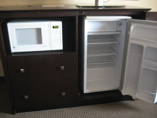 Clarion Hotel Airport : microwave & refrigerator