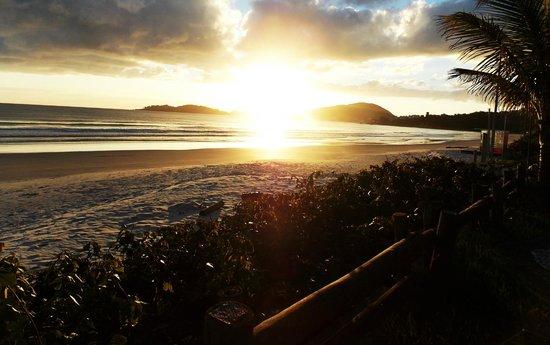 Nascer do sol em frente ao Morada do Mar Hotel de outro ângulo.