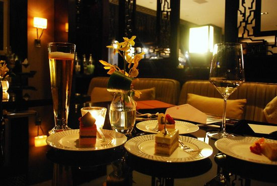 The Ritz-Carlton Beijing, Financial Street: Chilling with wine at the executive lounge.