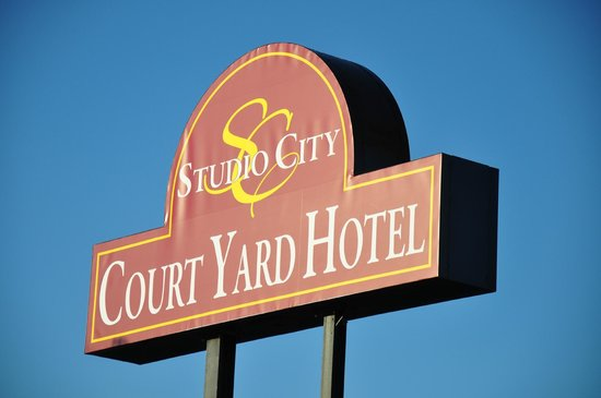Studio City Court Yard Hotel: studio courtyard