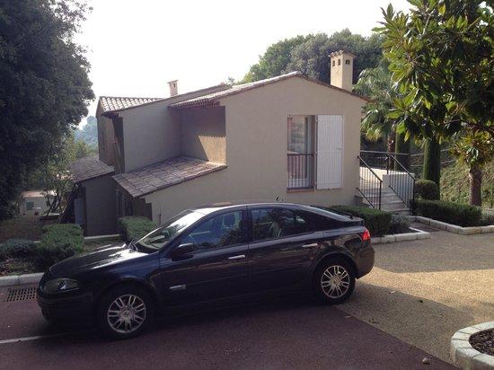Sandton Hôtel & Residence Domaine Cocagne : Auto voor de deur parkeren