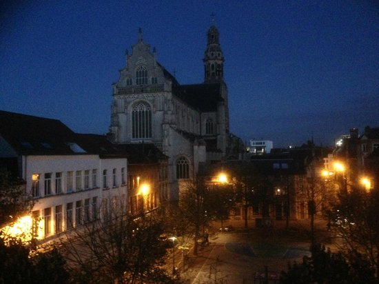 B&B Urban Dreams : Evening view from the 3rd floor twin bedroom.