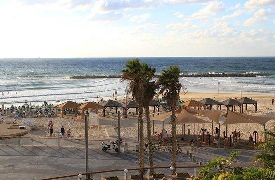 Deborah Hotel: Пляж и набережная