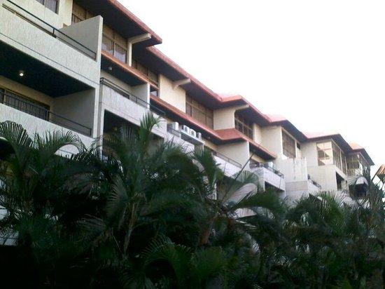 Marbellamar Hotel & Resort: frente interno del hotel que da al area de la piscina