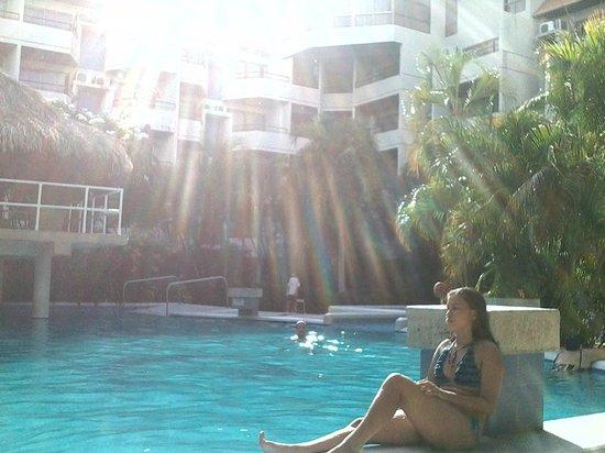 Marbellamar Hotel & Resort: un atardecer en el area de la piscina