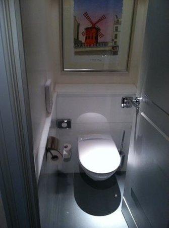 Hôtel Scribe Paris Opéra by Sofitel: Tiny, tiny toilet room by room entrance.
