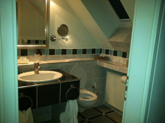 Waldhotel Forsthaus Remstecken: bathroom of family suite