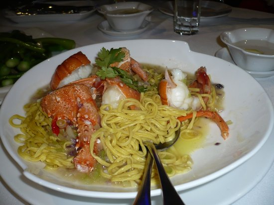Aquarium Seafood Chinese Resturaunt: Lobster with noodle