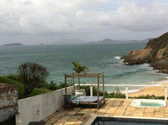 Apa Pau Brasil Hotel : Vista da area da piscina e praia. O dia estava nublado, mas não tirou a beleza!