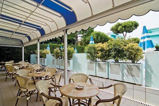 Hotel Giuliana Gatteo Mare : In veranda, lato piscina