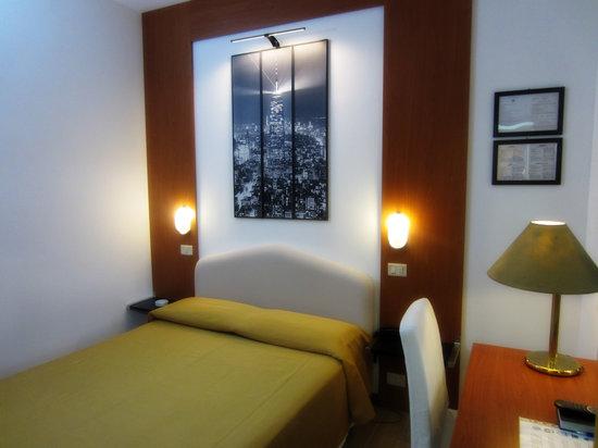 Hotel Perugino: King size bed 3