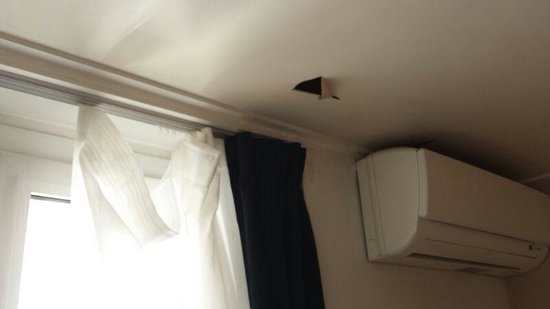 Hotel Garden Opera : curtain hanging down, whole in the ceiling